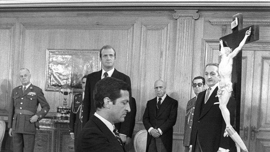 Adolfo Suárez jura su cargo como presidente preconstitucional, de rodillas, el 5 de julio de 1976, tras ser nombrado por el rey Juan Carlos.