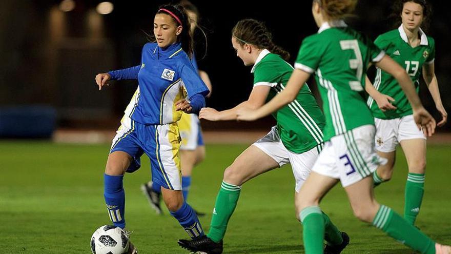 La jugadora de la selección canaria, Lara González (i), controla el balón ante la defensa de varias jugadoras de la selección de Irlanda del Norte, durante el partido que disputan ambas selecciones correspondiente al I Torneo del Atlántico de fútbol femenino sub 17 que se disputa en Tenerife. EFE/Ramón de la Rocha