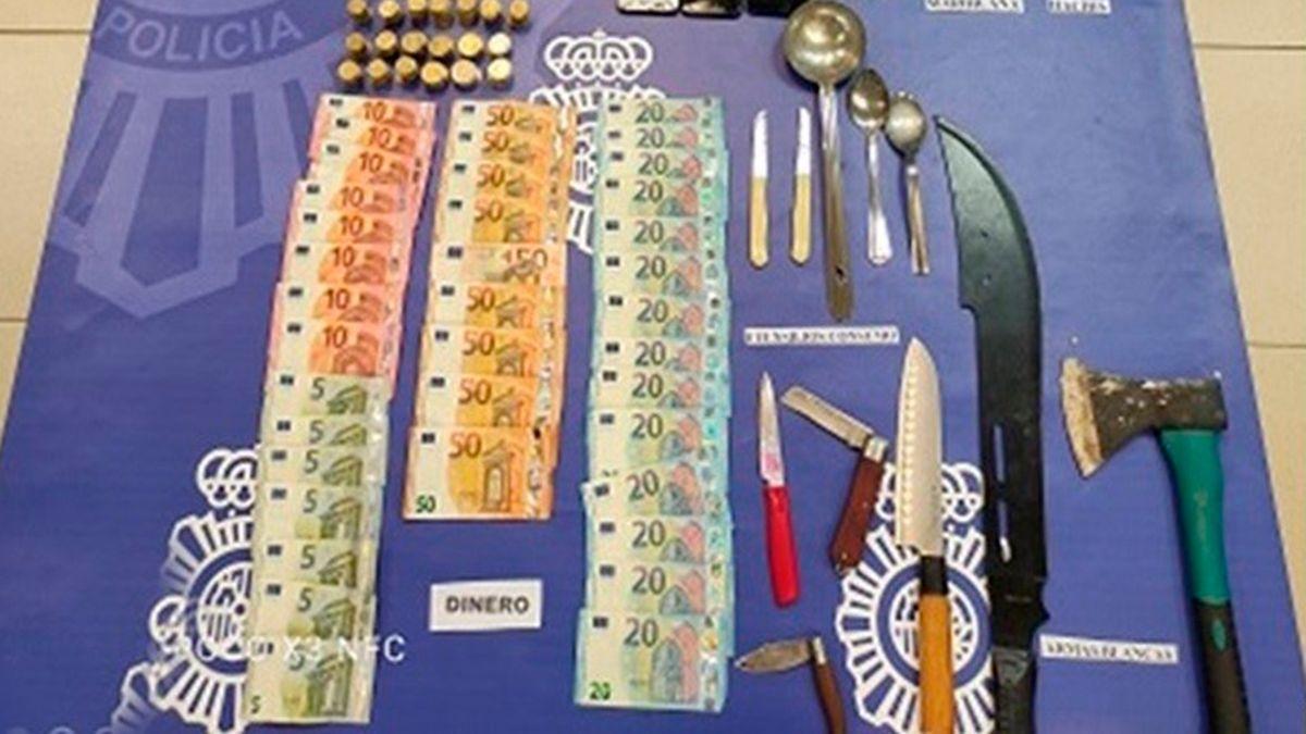 Dinero, armas y parte de la droga incautada en la operación de la Policía Nacional.