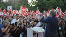 Ángel Gabilondo en el mitin de cierre de campaña bajo la antenta mirada de Pedro Sánchez. Foto: Inma Mesa (PSOE)