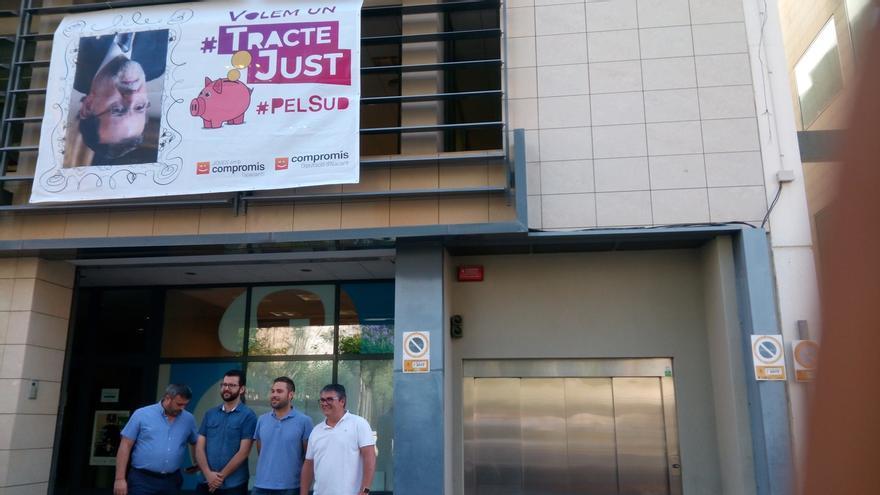 Compromís cuelga una foto de Rajoy boca abajo en la Diputación de Alicante para reivindicar una mejor financiación