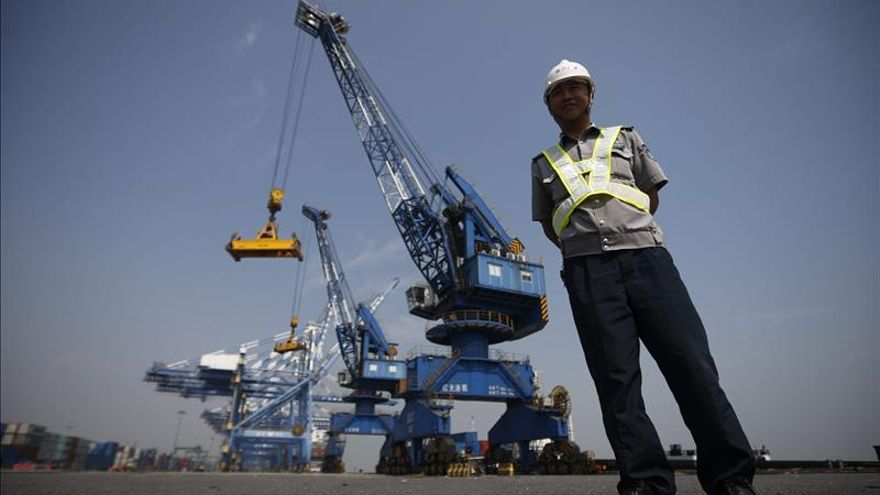 China finaliza aeropuerto en islas disputadas y lo prueba con un aterrizaje