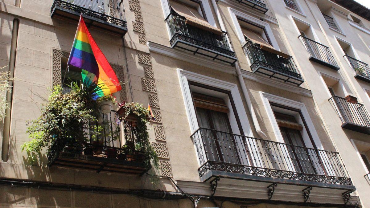 Balcón de Chueca con la bandera arcoíris | SOMOS CHUECA
