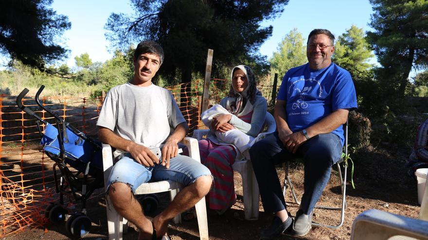 Joaquín Sánchez, el cura, con una familia de refugiados en el campo de Ritsona, Grecia