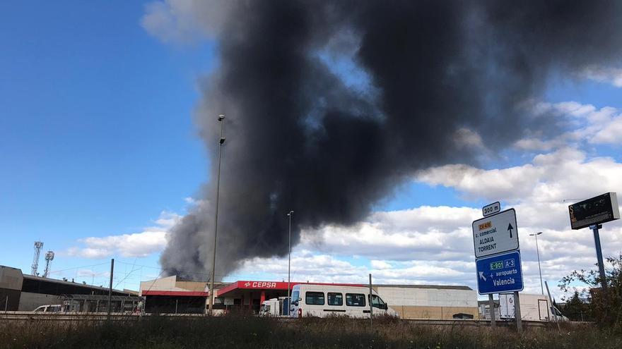 Una columna de humo sale de la nave incendiada en el polígono la Cova de Manises