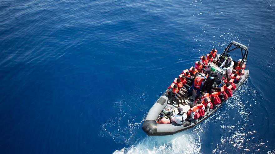 Los migrantes y los refugiados son transferidos de la nave Vos Hestia a la Marina italiana después de un rescate. | Foto: Hanna Adcock/Save the Children