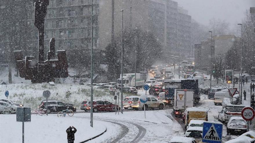La nieve provoca importantes problemas en las tres capitales vascas
