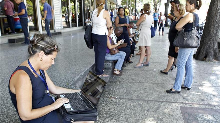 Los cubanos estrenan entusiasmados sus nuevos espacios wifi en zonas públicas