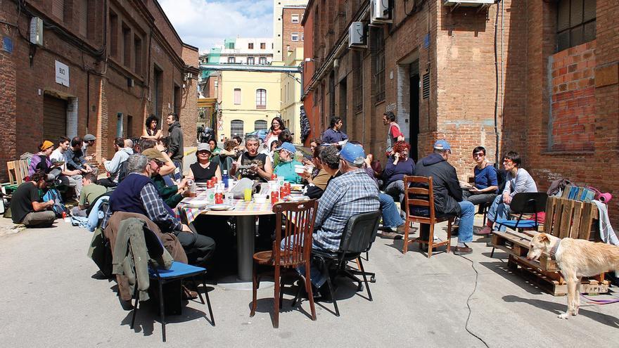 Vecinos y vecinas en una comida comunal en Can Batlló.