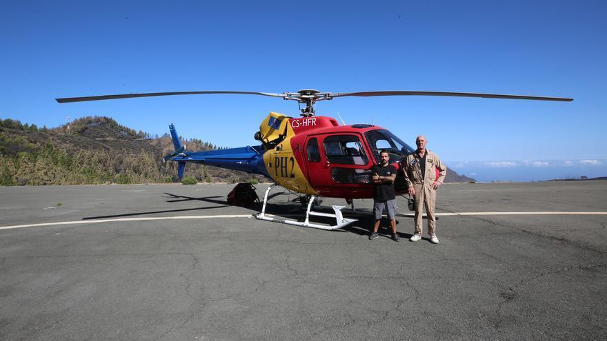 Ismael, piloto de helicóptero, junto a Francisco, mecánico. (ALEJANDRO RAMOS)