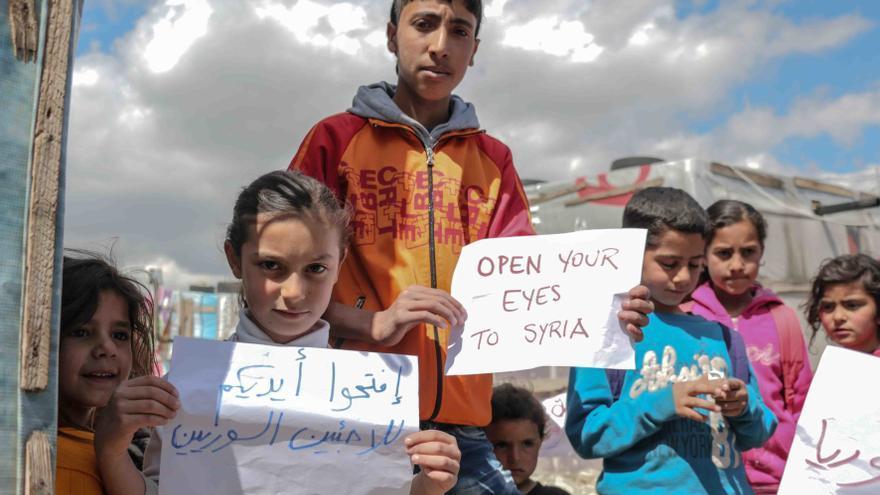 Imagen tomada durante una visita a un campo de Bekaa Valley, Líbano, con carteles de apoyo a la campaña de AI #OpentoSyria © ALI ALSHEIKH KHEDR / Amnesty International