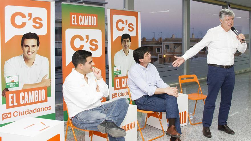 El edil (a la izquierda) en un acto junto al líder de Ciudadanos en Andalucía, Juan Marín.