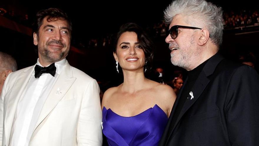 Penélope Cruz recibe el César de Honor del cine francés de manos de Almodovar
