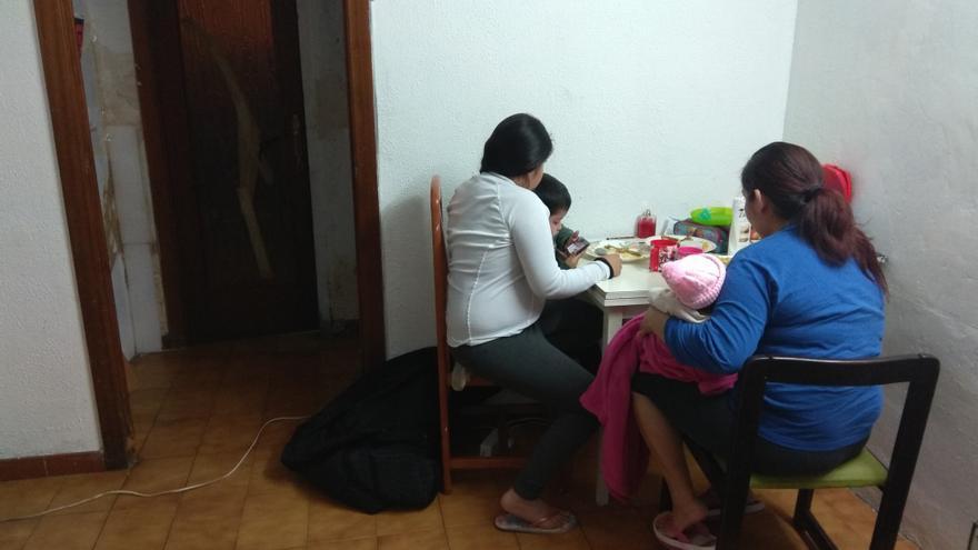 Laura, cenando junto a sus tres hijos en el piso que ocupan en Ciutat Meridiana