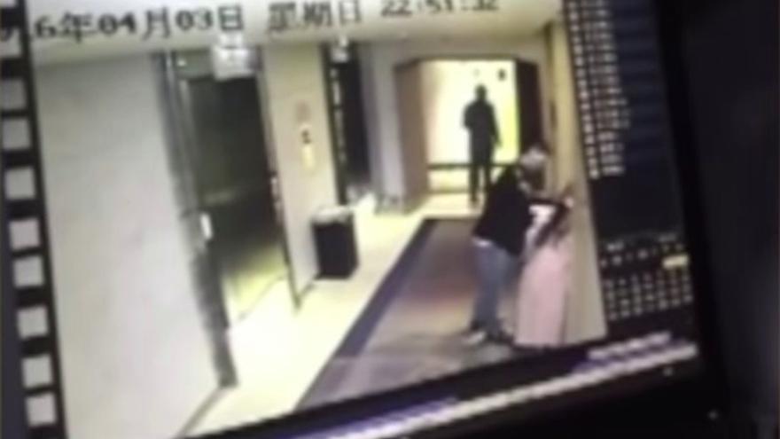 Momento de la agresión captado por las cámaras de vigilancia del hotel