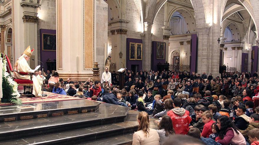 El arzobispo de Valencia, el cardenal Antonio Cañizares, oficia la misa del Día de la Familia en la catedral de Valencia