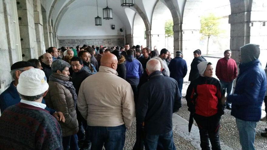 Los ganaderos esperan a la puerta del Parlamento la salida de los diputados autonómicos. | Rubén Vivar
