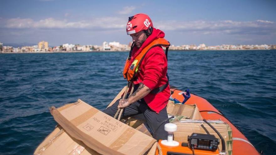 El 'Aita Mari' llega a Grecia y reparte ayuda humanitaria entre refugiados