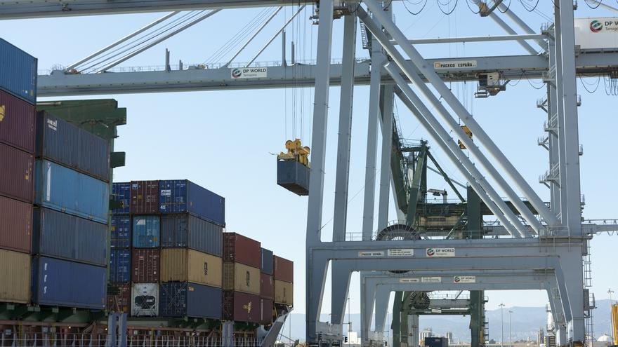 Fomento afronta una semana clave para evitar la huelga de estibadores en los puertos