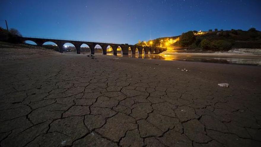 Imagen del Pantano del Ebro durante un momento de sequía.