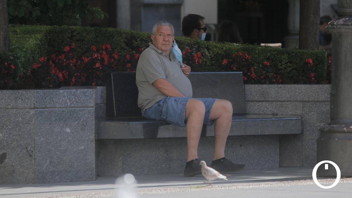 Un cordobés descansando en un banco de Las Tendillas