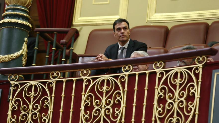 Pedro Sánchez, solo en la tribuna de invitados del Congreso durante el acto de homenaje a los primeros diputados