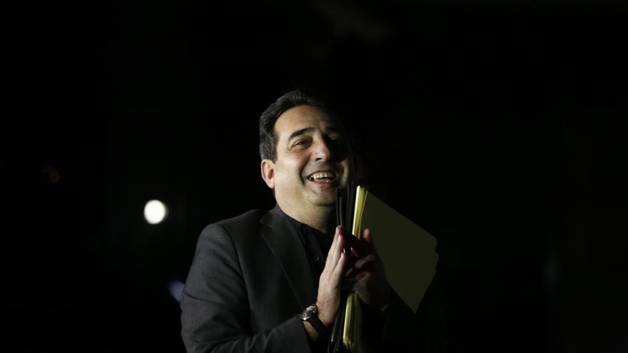 Manuel Bustos, sonriente, antes de entrar en los juzgados de Sabadell para responder a las acusaciones de la trama de corrupción urbanística. (Edu Bayer)