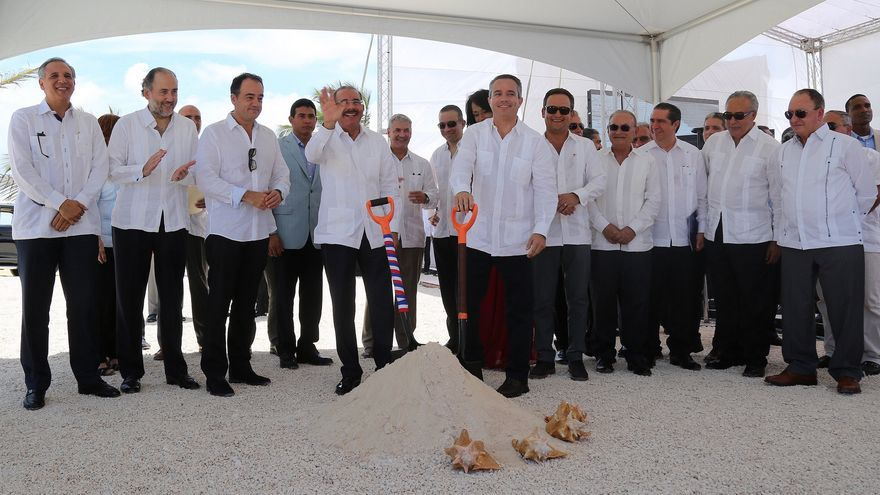 Enrique Martinón, con la mano en una pala, en la inauguración de un hotel en Punta Cana. (GRUPO MARTINÓN)