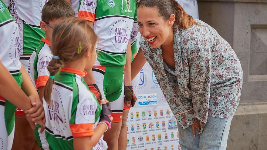 La alcaldesa Patricia Hernández durante la recepción a los jóvenes ciclistas.