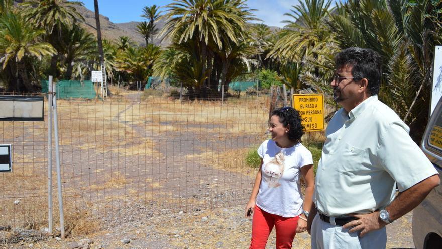 Ángel Luis Castilla y Angélica Padilla junto al vallado de la zona de acampada de Avalos
