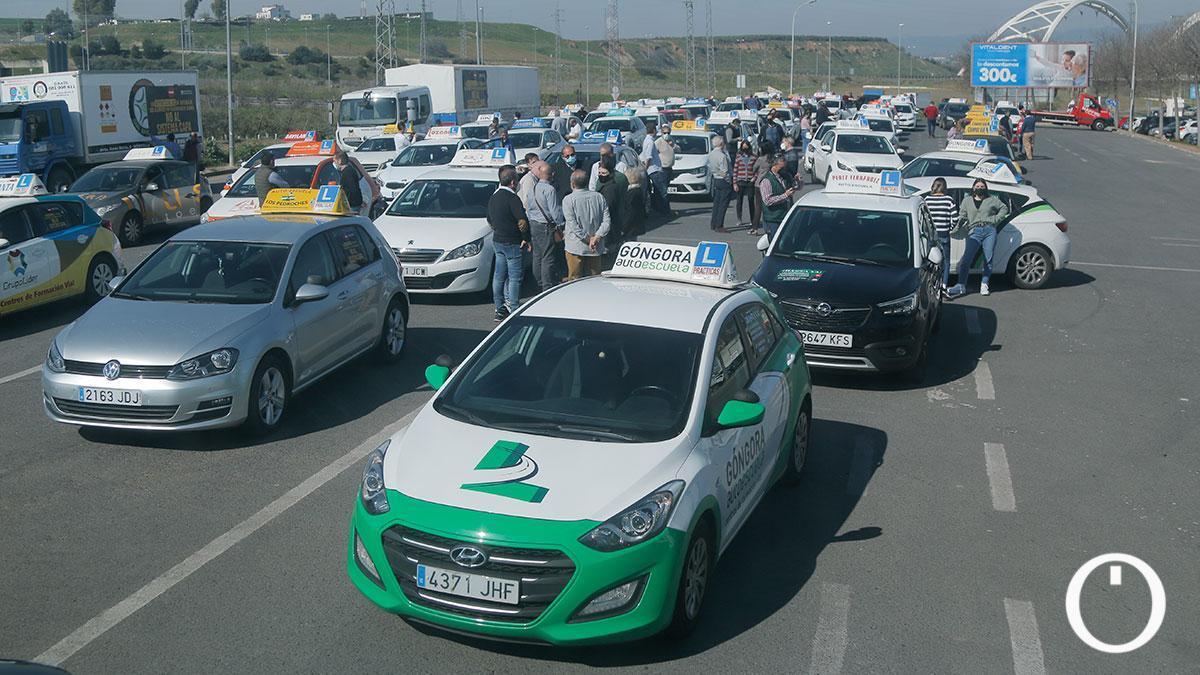 La Asociación Provincial de Autoescuelas convoca una caravana de coches de autoescuela en protesta ante la imposición por la DGT del sistema CAPA