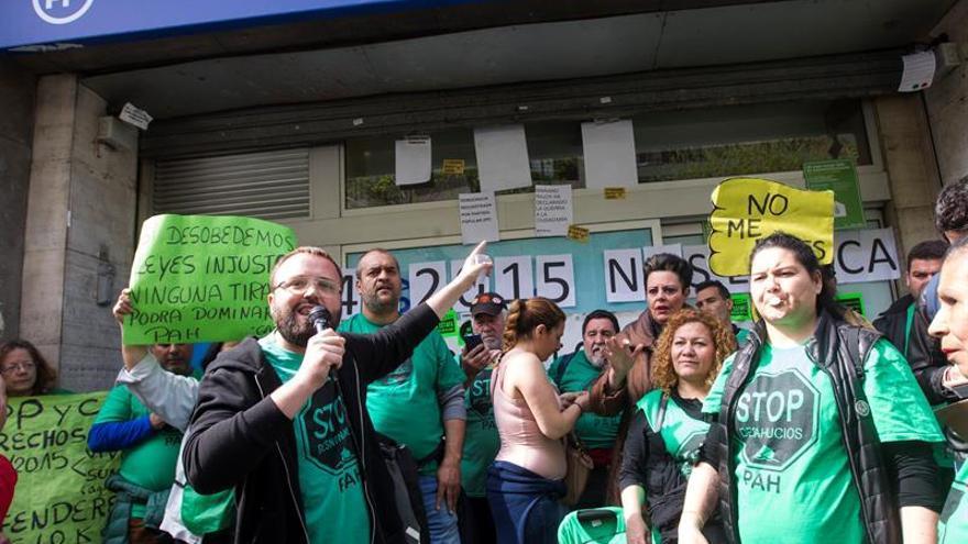 La PAH reivindica la ley antidesahucios y pobreza energética ante sede del PP