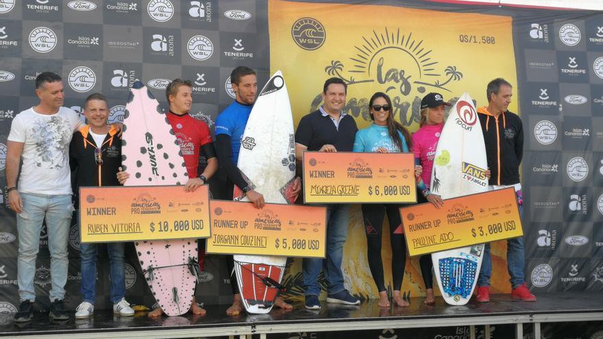 Entrega de premios en la prueba de surf celebrada en Las Américas, en Arona