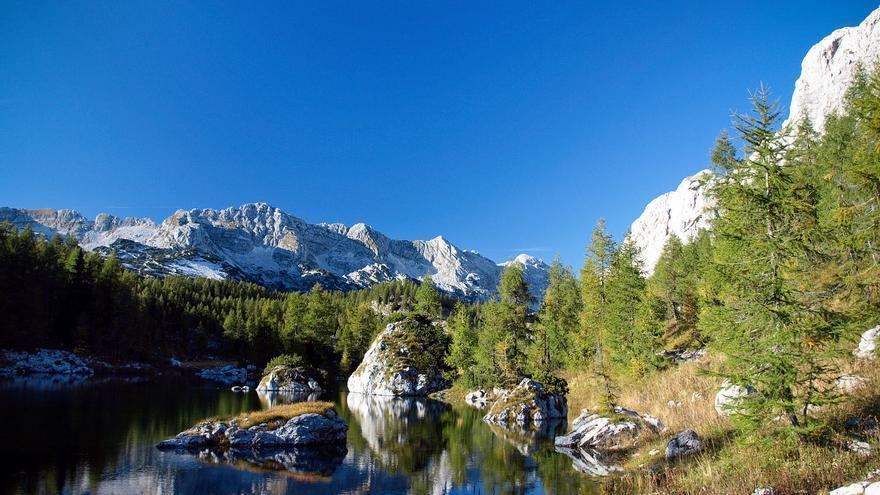 Montañas a orillas de uno de los numerosos lagos de los Alpes Julianos. SLOVENIA.INFO
