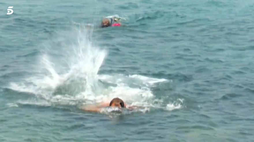 Ana María Aldón y José Antonio Avilés huyendo del tiburón en Supervivientes