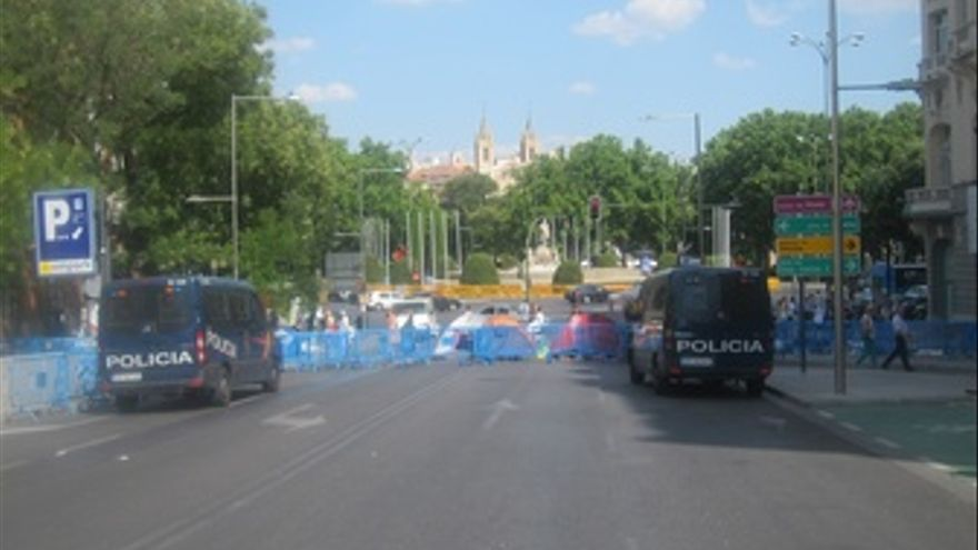Furgones Policiales En La Plaza De Neptuno Con Carrera De San Jerónimo