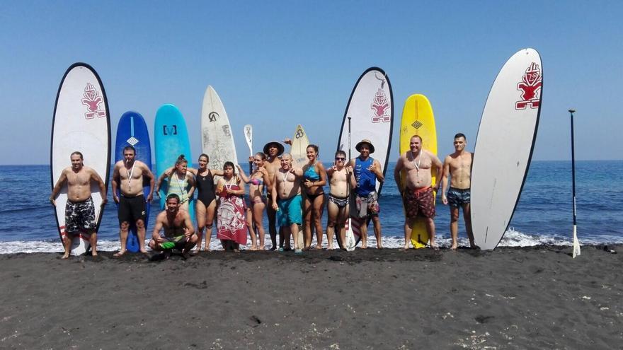 Personas con discapacidad intelectual en una clase de surf.