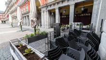 Sillas apiladas de las terrazas de la Plaza Mayor de Madrid. / Joaquín Corchero / Europa Press