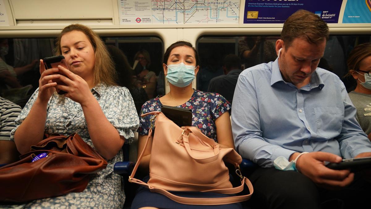 Pasajeros en el metro de Londres tras eliminarse la obligatoriedad de llevar mascarilla.