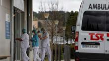 Sanitarios a las puertas del Hospital de Igualada