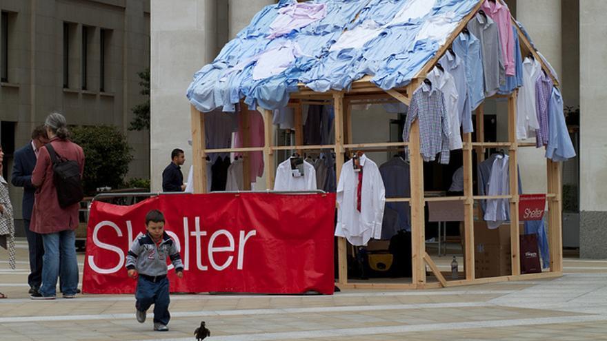 Puesto de una campaña de Shelter en Londres para la donación de camisas con las que conseguir fondos para la ONG. Foto: Flickr de Amplified2010 CC.