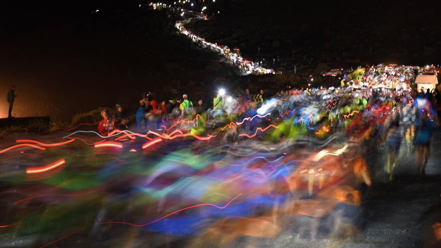 En la imagen, los corredores tras la salida en el Faro de Fuencaliente. Foto: SAÚL SANTOS