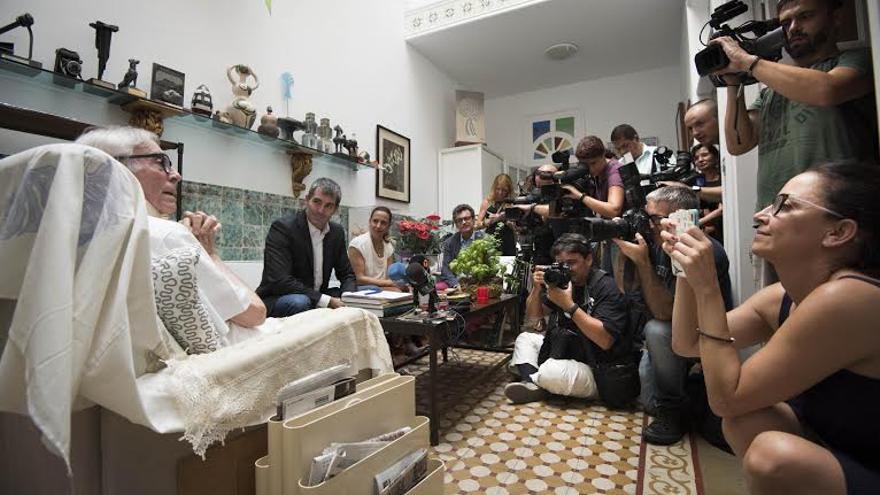 """El artista Pepe Dámaso comunica al presidente del Gobierno canario su decisión de donar su patrimonio """"al pueblo""""."""