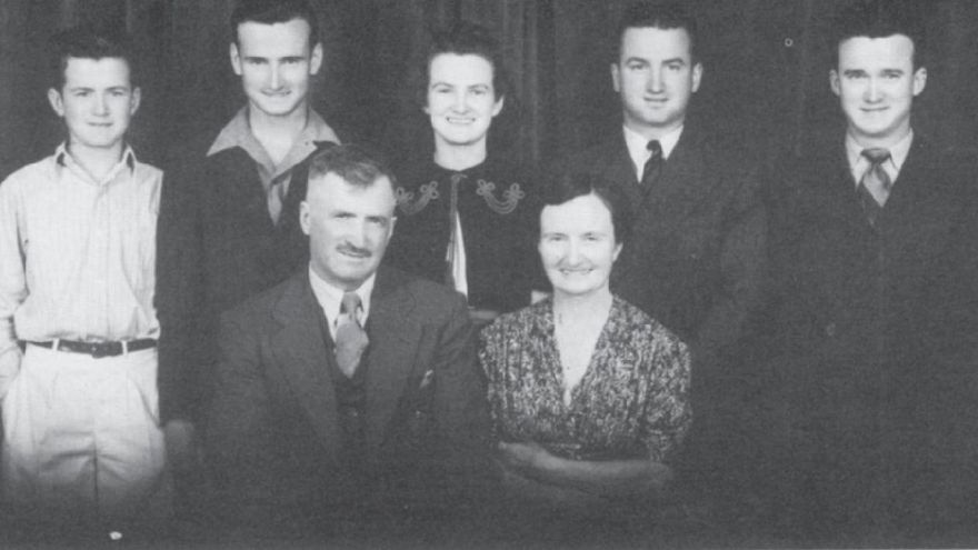 La familia Etchart en 1941. En pie, de izquierda a derecha: Leonard, Mitch, Ferne, Gene y Mark. En el centro, John y Catherine.