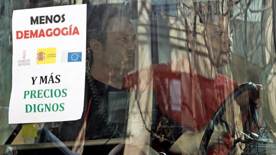 Multitudinaria tractorada y miles de agricultores colapsan el centro de Valencia