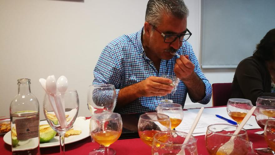 Cata de miel en el Concurso de Mieles de Gran Canaria