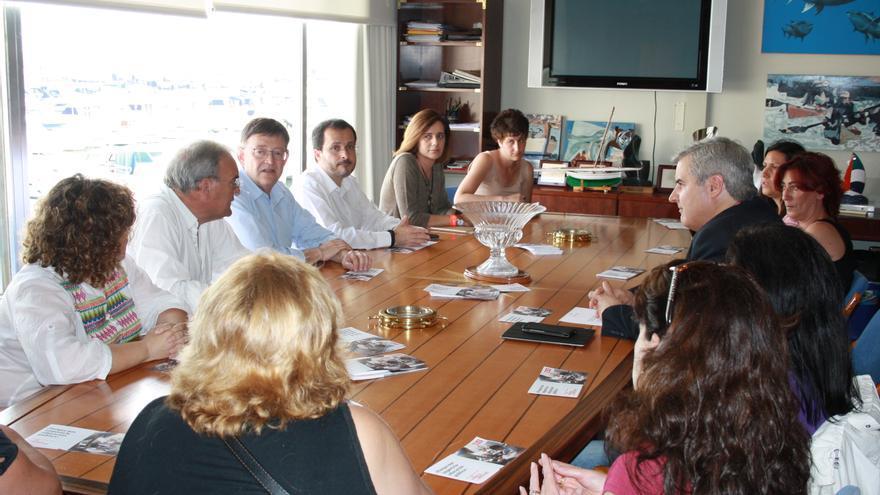 Ximo Puig en una reunión con los representantes de las AMPA de Torrevieja.