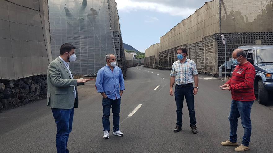 Borja Perdomo, consejero de Infraestructuras del Cabildo de La Palma (i) y el vicepresidente de la institución insular, José Adrián Hernández (2º por la derecha) en la carretera de la costa  de Fuencaliente.