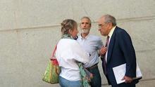 Eva Barroso y José Luis Martínez Ocio conversan con Martín Villa. Foto: Marian Beitialarrangoitia (EH Bildu)