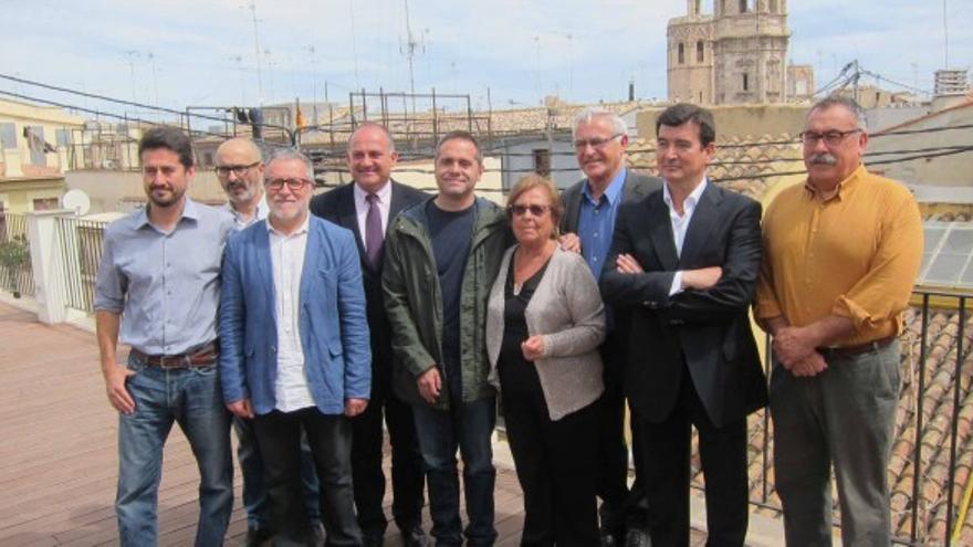 Los candidatos de los partidos que concurren a las municipales en Valencia (excepto Rita Barberá) junto a los vecinos del Cabanyal